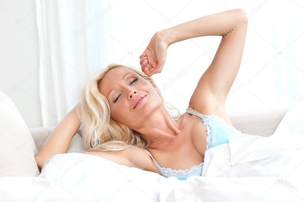 488Зрелые женщина в постели видео