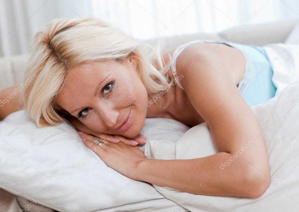 109Зрелые женщина в постели видео