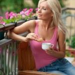 žena jíst snídani na balkóně — Stock fotografie #20350523