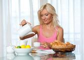 Aantrekkelijke volwassen vrouw bij het ontbijt — Stockfoto