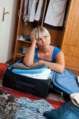 Kvinna packning kläder — Stockfoto