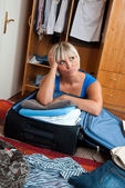 Woman packing clothes — Stockfoto