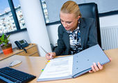 Business woman signing documents — Stok fotoğraf
