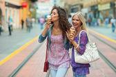 Kvinna vänner med glass — Stockfoto