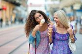 Dos amigos de la mujer adolescente — Foto de Stock