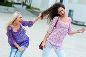 Dwie kobiety walczą ze sobą — Zdjęcie stockowe