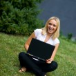 Girl with laptop outside — Stockfoto