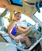 Blonde vrouw rijden — Stockfoto