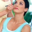 Putting make up - Lizenzfreies Foto