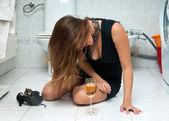 Aantrekkelijke dronken vrouw met wijn — Stockfoto