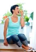 Middle age woman eating apple — Stock Photo