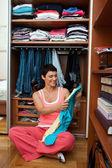 Mulher escolhendo roupas — Foto Stock