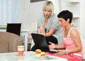 Two woman friends with laptop at home — Foto Stock