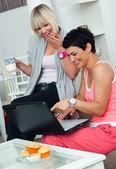 два друзей зрелая женщина с ноутбуком на дому — Стоковое фото