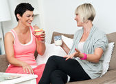 Two mature woman friends chating over coffee — Foto Stock