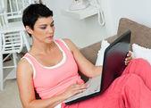 Mulher com o laptop — Foto Stock