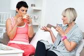 Två kvinna vänner chattar — Stockfoto