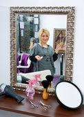 Hair stylist in hair salon — Stock Photo