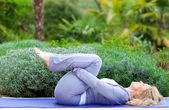 Mogen kvinna i yoga position — Stockfoto