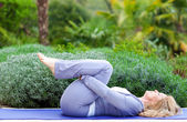 成熟的女人在瑜伽的立场 — 图库照片
