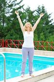 Mogen kvinna avslappnad framför poolen — Stockfoto