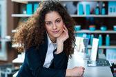 Attraktiv kvinna receptionist — Stockfoto