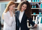 Kvinna vänner söker broschyr — Stockfoto