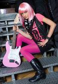 Tiener meisje met elektrische gitaar — Stockfoto