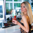 ragazza attraente con cocktail — Foto Stock