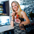 attraktive Frau mit cocktail — Stockfoto