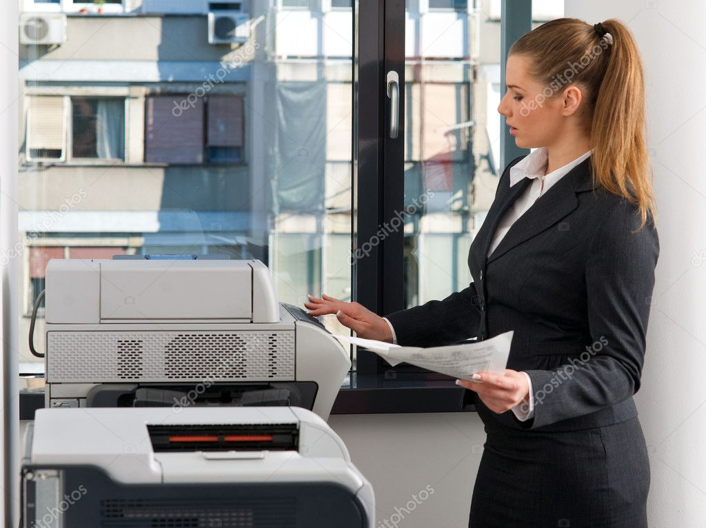 Mujer de negocios trabajando en impresora fotos de stock for Impresoras para oficina