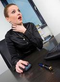 Přidušeným podnikatelka na stolní počítač — Stock fotografie