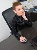 Podnikatelka na stolní počítač — Stock fotografie