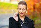 Femme avec cigarette — Photo