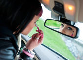 Putting make up in car — Stock Photo