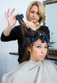 在工作中的发型师 — 图库照片