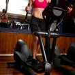 Woman in gym on stepper — Stockfoto