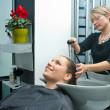 Hair stylist washing hair — Stock fotografie