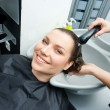 Washing hair in salon — Stockfoto