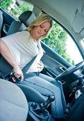 車の中で妊娠中の女性 — ストック写真