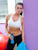 Fit woman with energy drink — Stock Photo