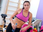 Kvinna i gym med vattenflaska — Stockfoto