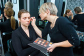 Make-up künstler bei der arbeit — Stockfoto