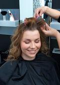 女性サロンで髪をカーリングのヘアスタイリスト — ストック写真