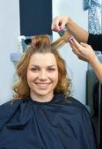 ローラで、職場でヘアー スタイリスト — ストック写真