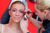 Make-up stylist op het werk — Stockfoto