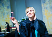 Woman in hair salon photographing herself — Foto Stock