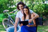 タブレットと若いカップル — ストック写真