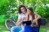 Giovane coppia sulla panchina del parco — Foto Stock