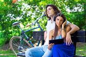 Joven pareja en el banco del parque — Foto de Stock